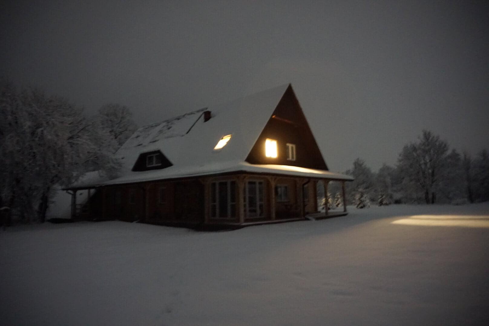 Nocne, zimowe niebo wfotografii Adama