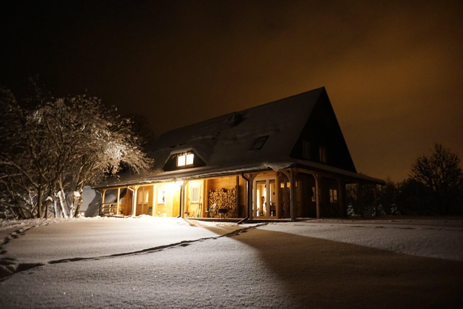 Nocne, zimowe niebo wfotografii Adama 1