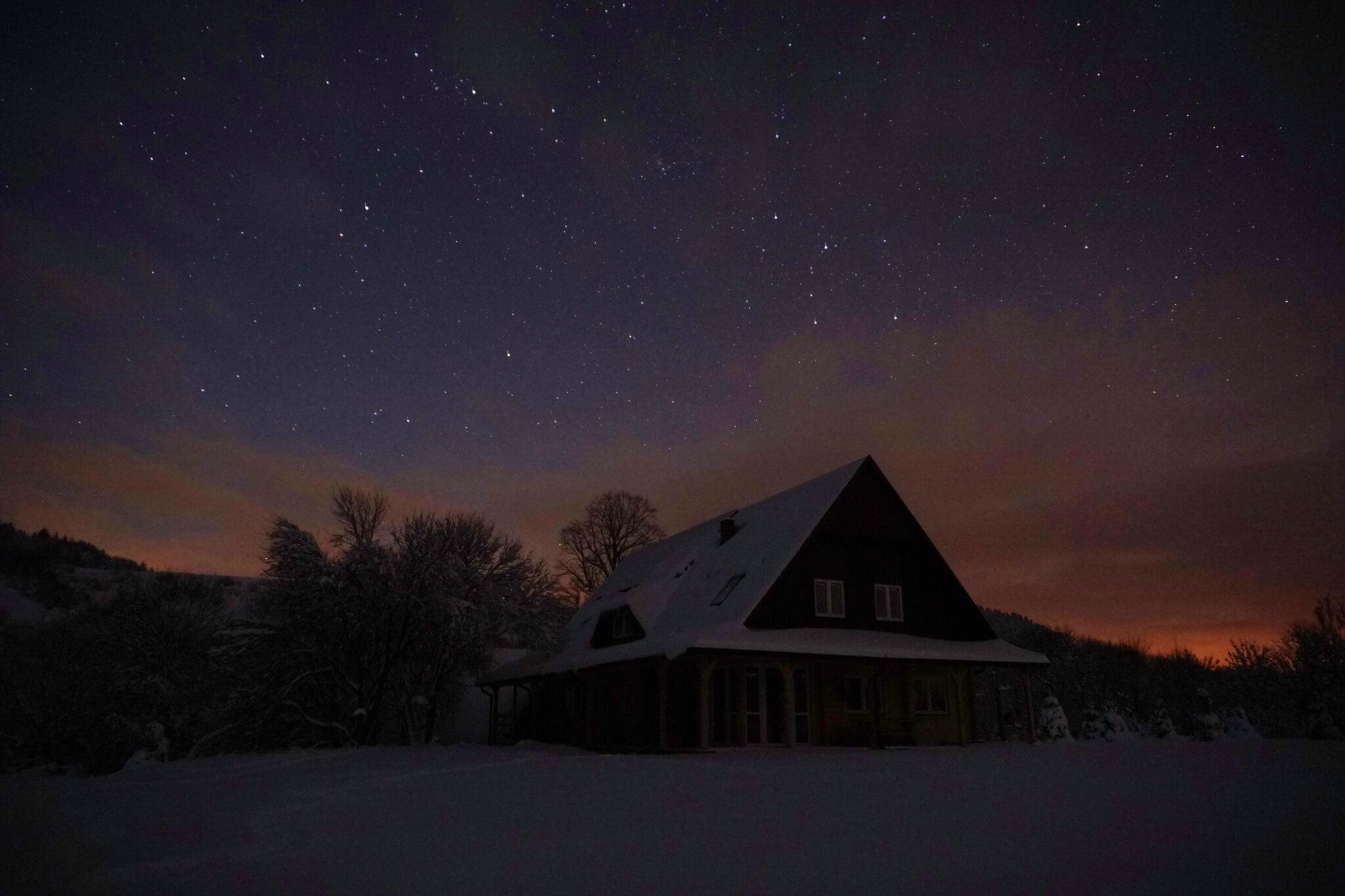Nocne, zimowe niebo wfotografii Adama 4