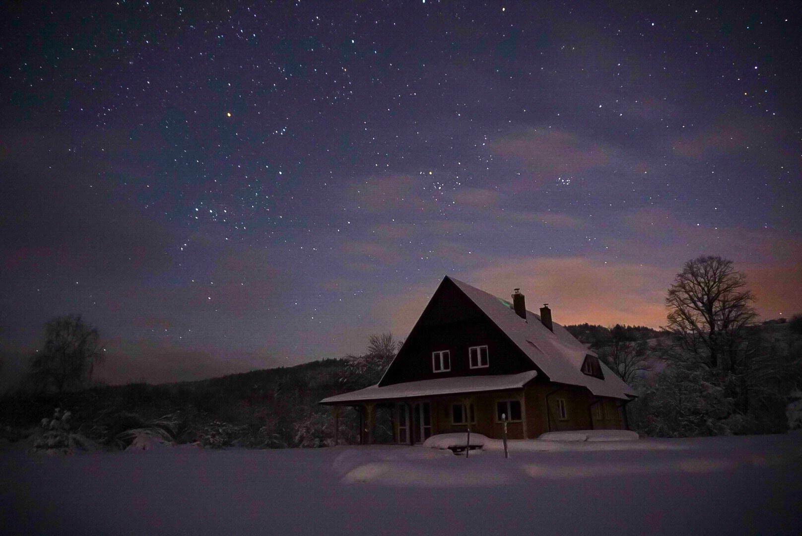 Nocne, zimowe niebo wfotografii Adama 5