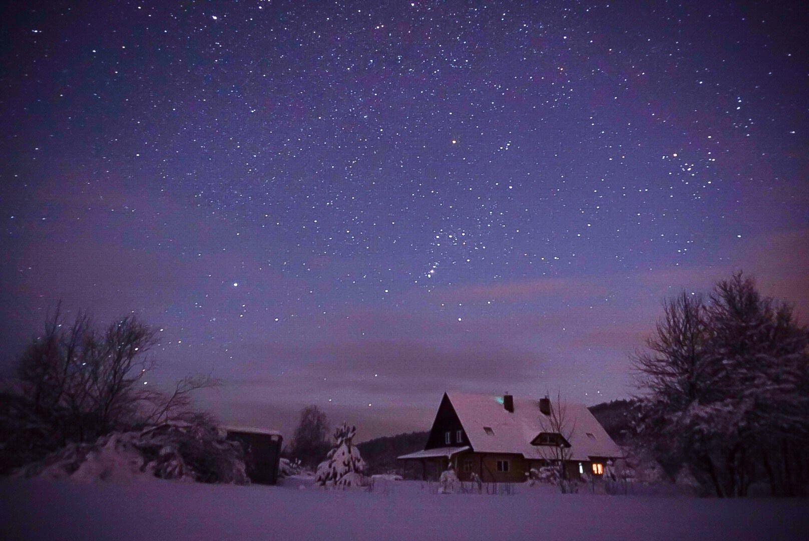 Nocne, zimowe niebo wfotografii Adama 6