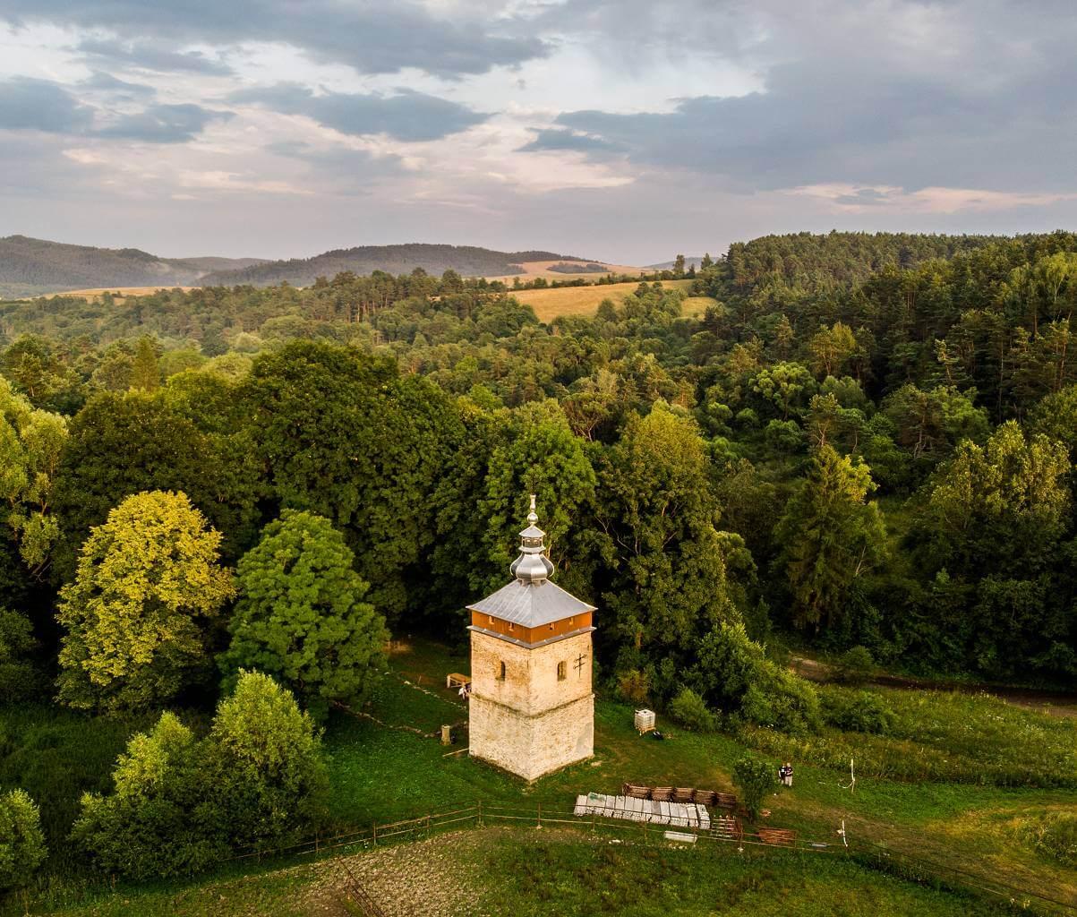 Dzwonnica w Polanach Surowicznych odbudowana!